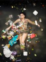 """Gaby entouré par une semaine de ses propre ordures à Pasadena, en Californie. Si vous n'avez jamais pensé à combien déchets que vous jetez une série photographique honnête pour ouvrir les yeux. Hommes, femmes, couples et familles avec de jeunes enfants ont été photographiés couchés sur le dos, entouré par la valeur d'une semaine de leur propres déchets - de vieux cartons de lait, couches usagées et même des tampons hygiénique. La série surprenante """"Seven Days of Garbage"""" par le photographe californien Gregg Segal est un rappel de la quantité de déchets que l'humain rejetes en seulement sept jours. (Photo par Gregg Segal / Barcroft Media)"""